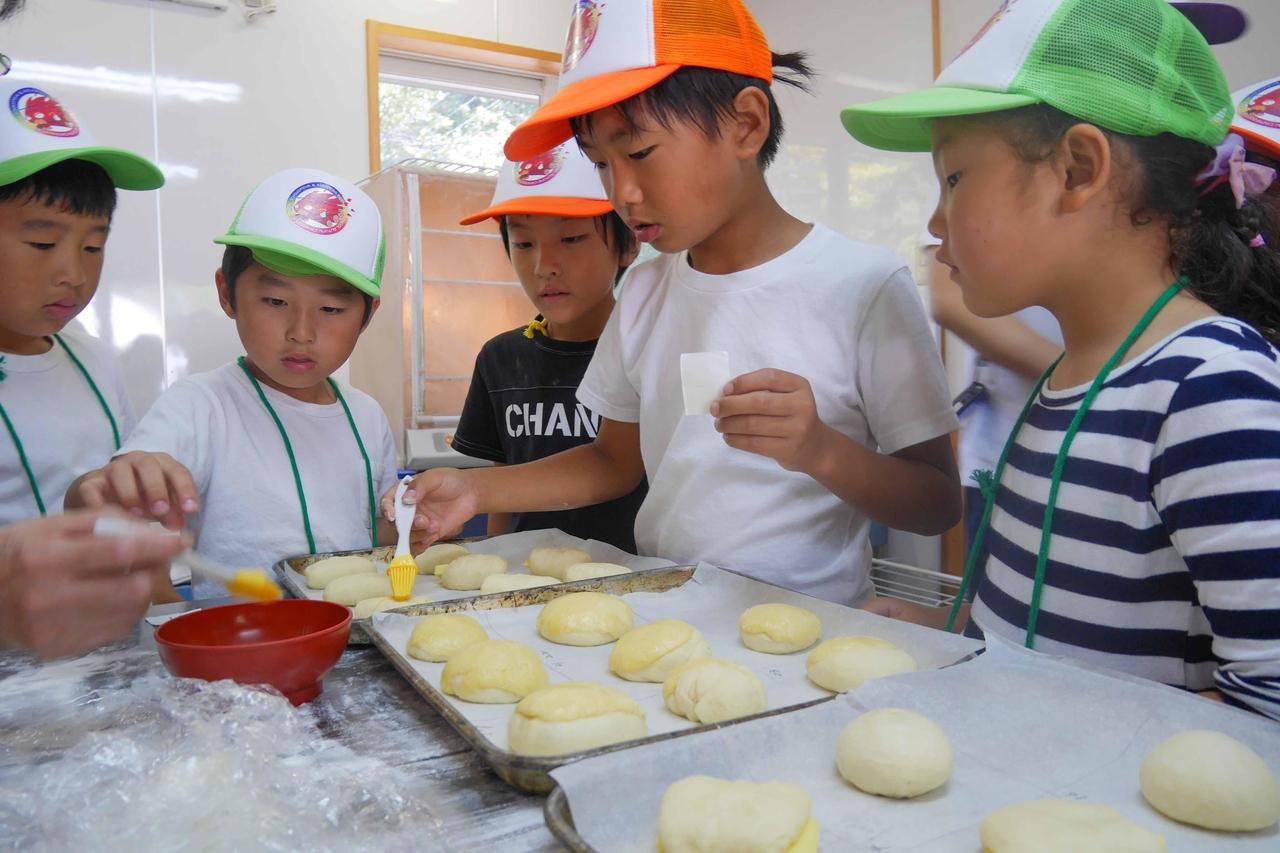 羅漢の里のパン焼き体験の様子
