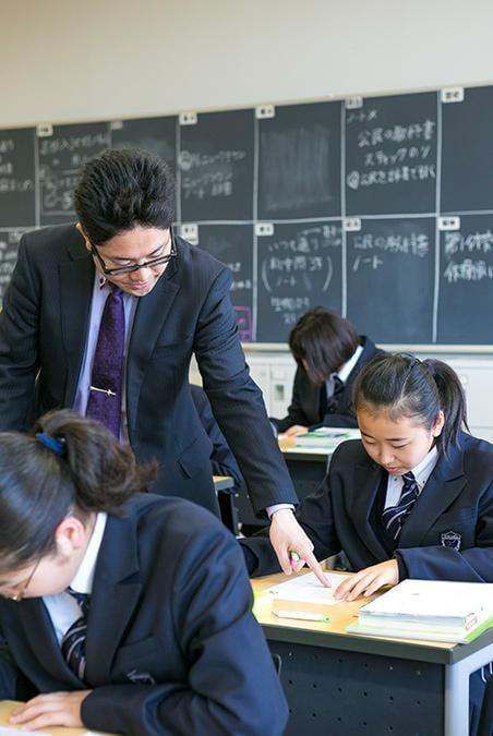 東洋大学付属姫路中学校の授業の様子先生が生徒に指導する写真