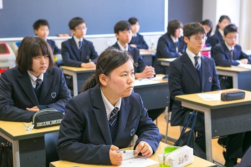 東洋大学付属姫路中学校の授業の様子生徒たちの授業を真剣に聞く写真