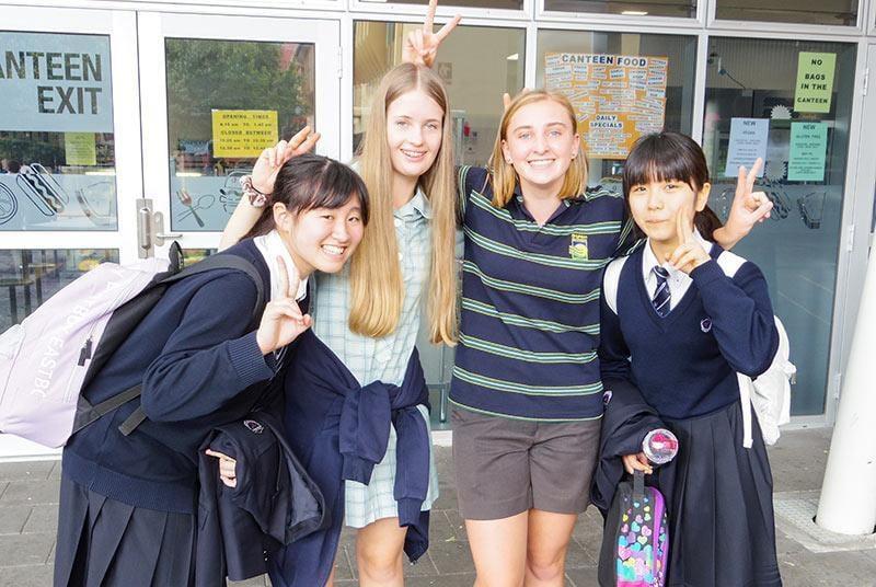 女子生徒と海外留学生との笑顔の写真