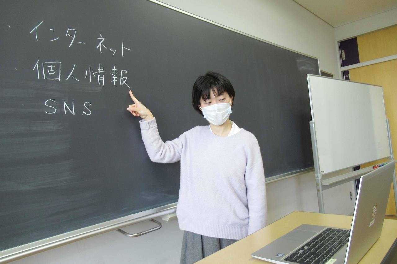 パソコンを使ってオンラインで授業を行う教師