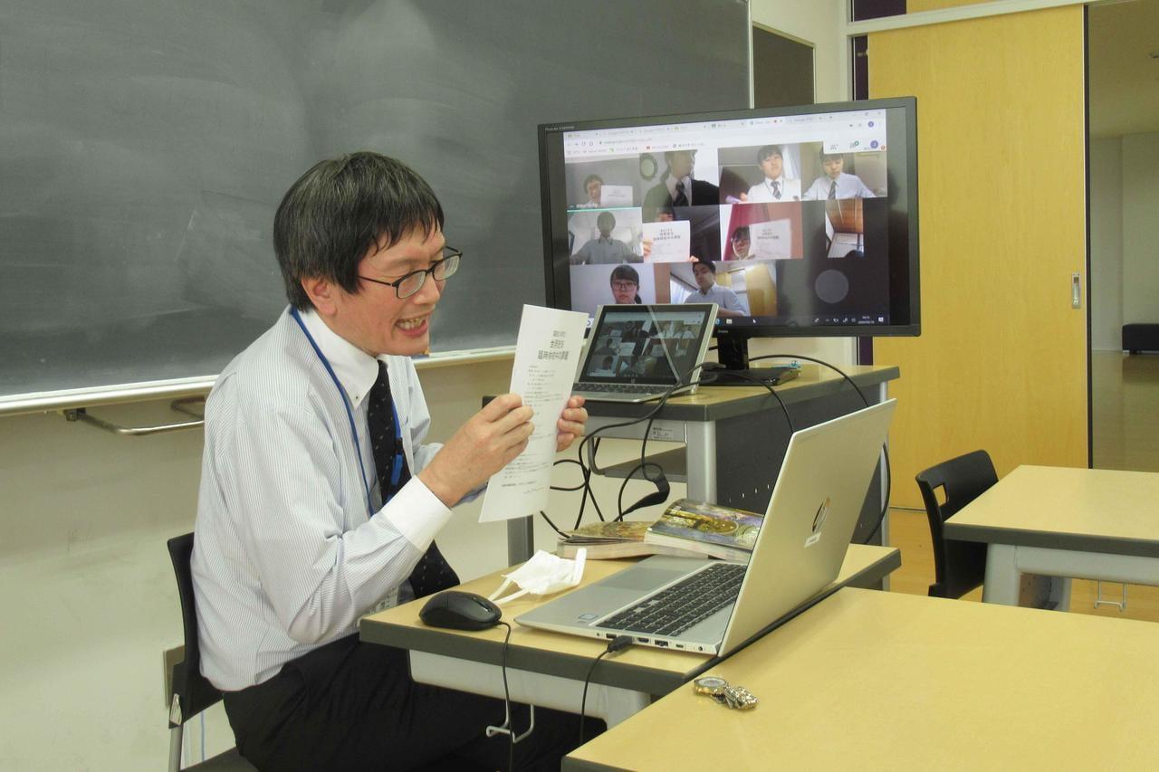 テレビ電話会議アプリを使用し授業を行う高校生たち