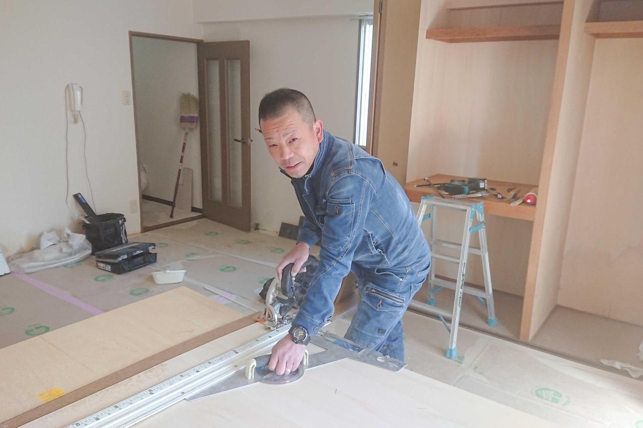 リフォーム工事のため木材をカットする職人
