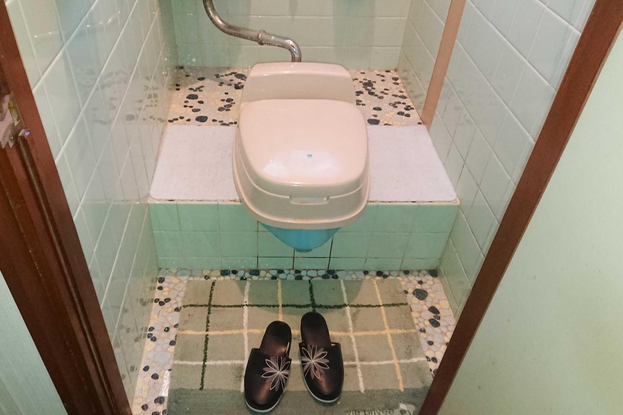 リフォーム工事を行う前の古いトイレ