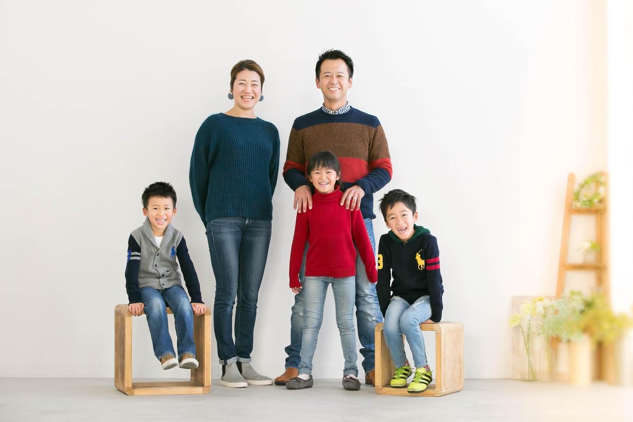 フォトスタジオ「写真十色」で撮影した笑顔にあふれた家族写真