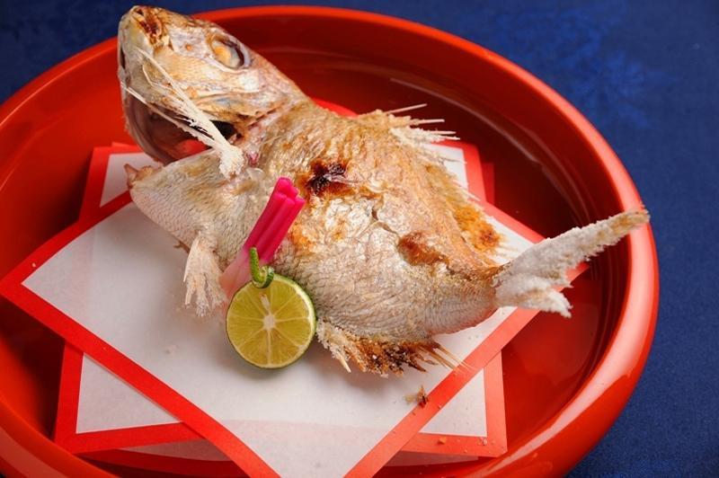 雑穀の祝い膳で提供される鯛の姿焼き