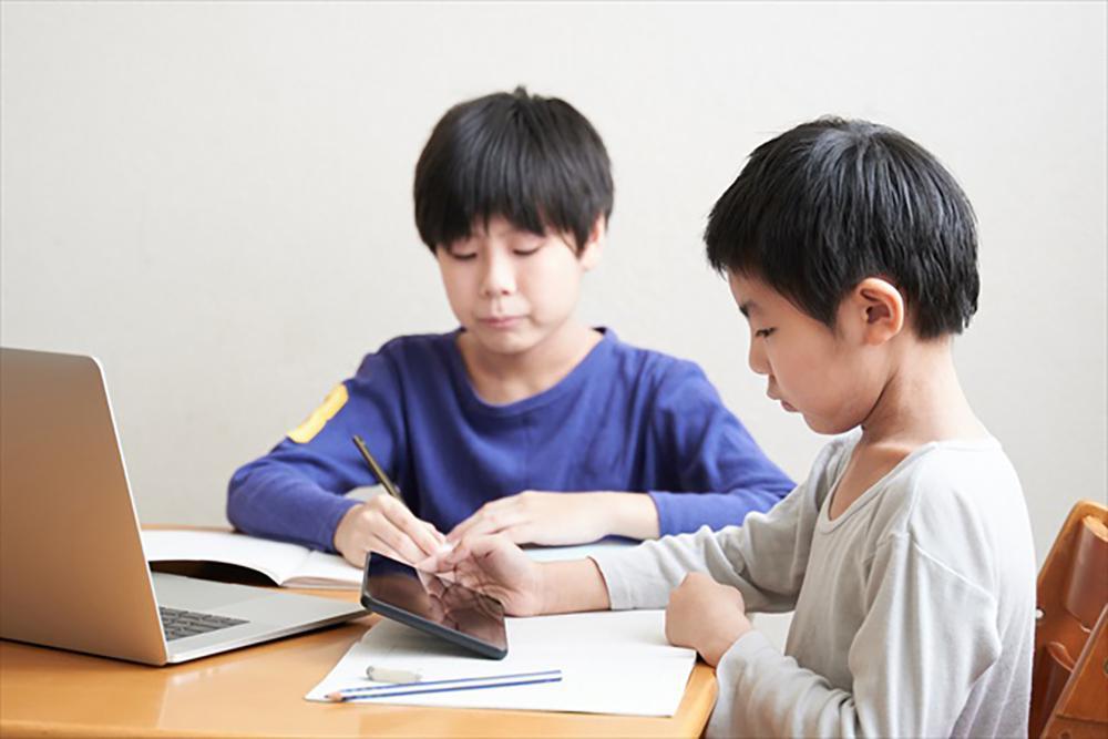オンライン授業を受ける男子小学生の写真