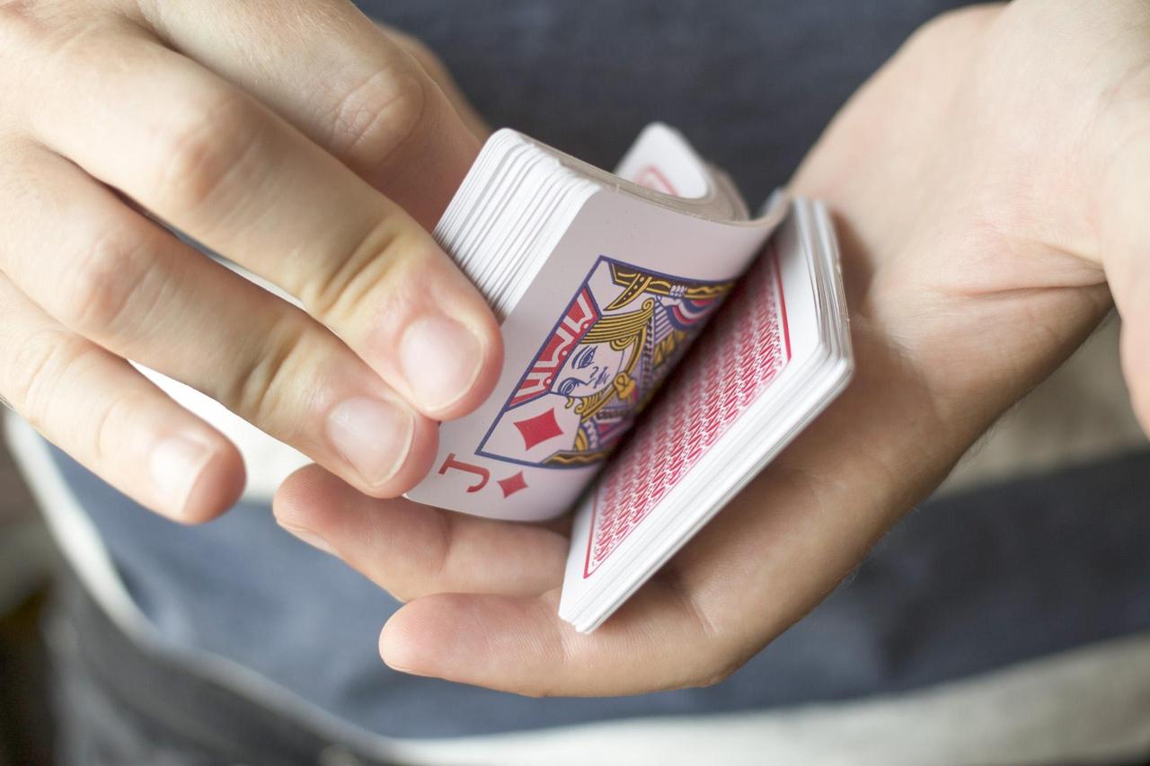 トランプマジックをしている手元の写真