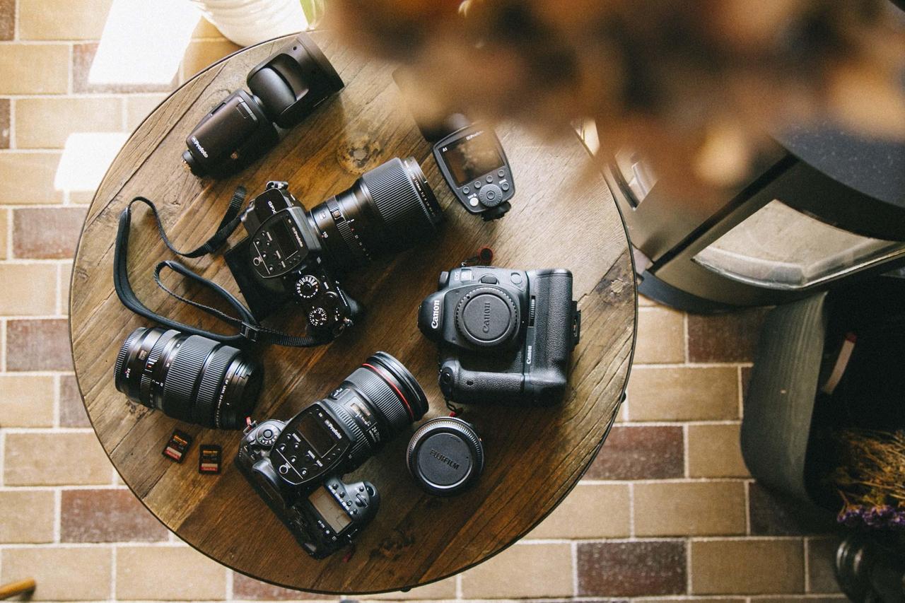 上吉川さんの作品、カメラを並べた写真