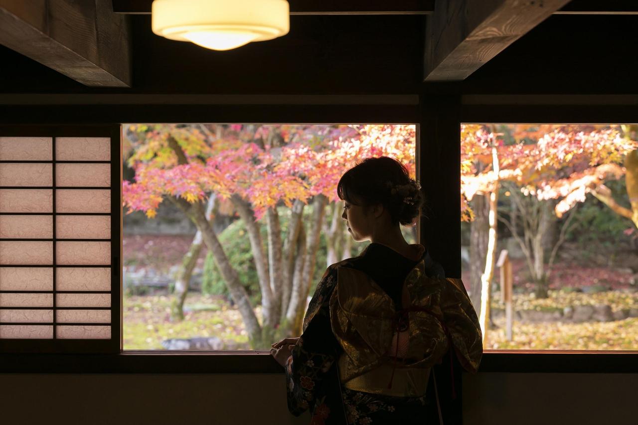 紅葉と着物姿の女性の写真