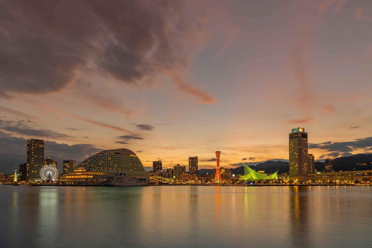 上吉川さんの作品、夕焼けをバックにした神戸港ハーバービューの写真