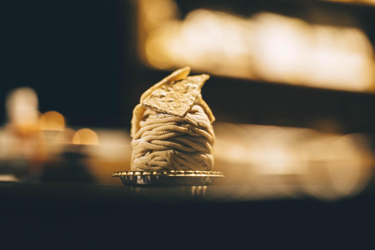 ストロボを使用して撮影されたモンブランケーキ